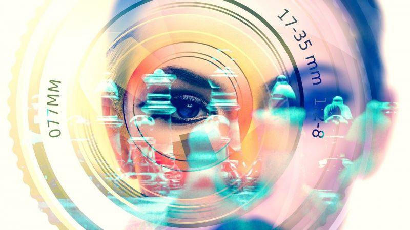 en la imagen hay la cara de una mujer detrás de un lente de cámara fotográfica